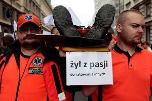 """Przez Warszaw� przesz�a manifestacja Porozumienia Zawod�w Medycznych. Minister Radziwi�� wyszed� na scen�. T�um krzycza�: """"Kompromitacja!"""""""