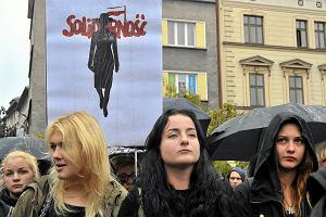 """Autor znaku """"Solidarności"""" staje w obronie kobiet z Czarnego Protestu. Nie chce ich ścigania"""