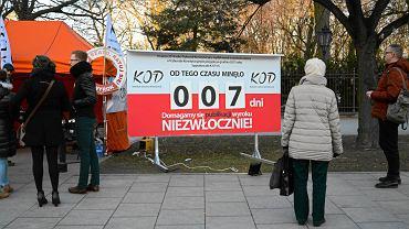 Licznik dni od czasu nieopublikowania orzeczenia Trybunału Konstytucyjnego przez rząd Beaty Szydło. Licznik został ustawiony przez KOD.