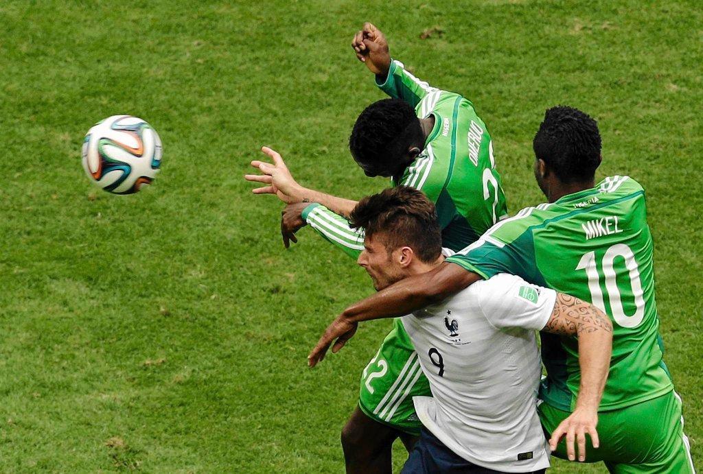 John Obi Mikel i Kenneth Omeruo próbują powstrzymać Oliviera Giroud w meczu Francja - Nigeria