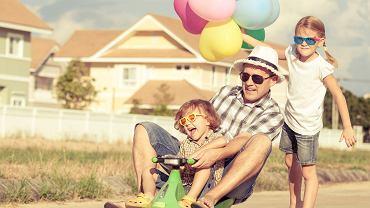 Tata z dziećmi podczas zabawy