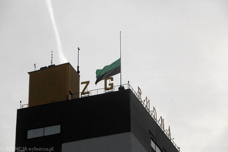 Flaga do połowy masztu na szybie R7