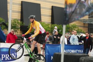 Przed Silesia City Center w Katowicach mistrzowie wykonują ewolucje na rowerach