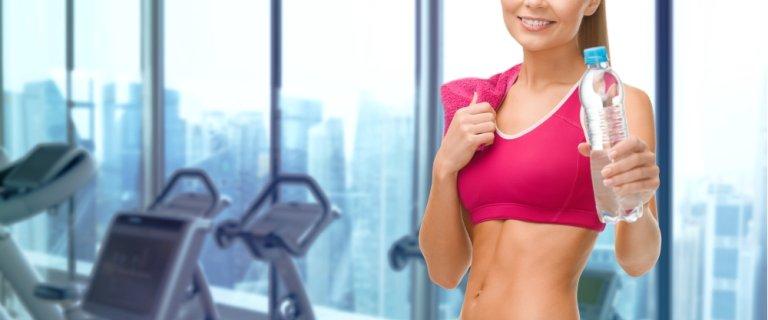 Niezbędnik fitnessowy. 7 rzeczy, które musisz zabrać ze sobą na trening