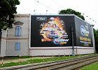 Nielegalna reklama zasłania Pałac Błękitny w 2013 roku. Od tamtej pory nie było widać budynku