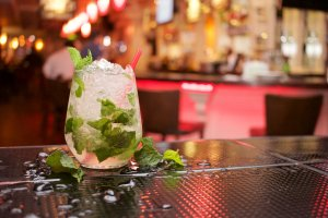Imprezy bez alkoholu, studia bez kaca - wstrzemięźliwe pokolenie wchodzi do gry