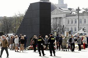 Policja: pomnik smoleński pilnowany jest na trzy zmiany