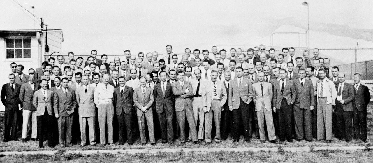 Zdjęcie przedstawia 104 niemieckich naukowców. Pochodzi z archiwów NASA (fot.  fot. Wikipedia.org / http://bit.ly/1N95bF4 /  CC BY / http://bit.ly/1MLdWo6)