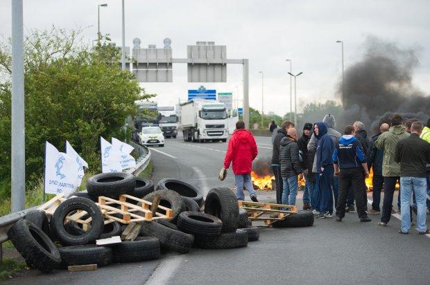 """Strajk w Calais. Ruch w Eurotunelu wstrzymany, bo strajkujący podpalili opony. """"Uwaga na imigrantów"""""""