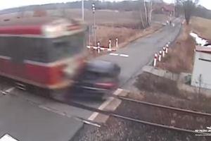 Kierowca z Tychów zignorował szlaban, chciał zdążyć przed pociągiem. Nie zdążył [WIDEO]