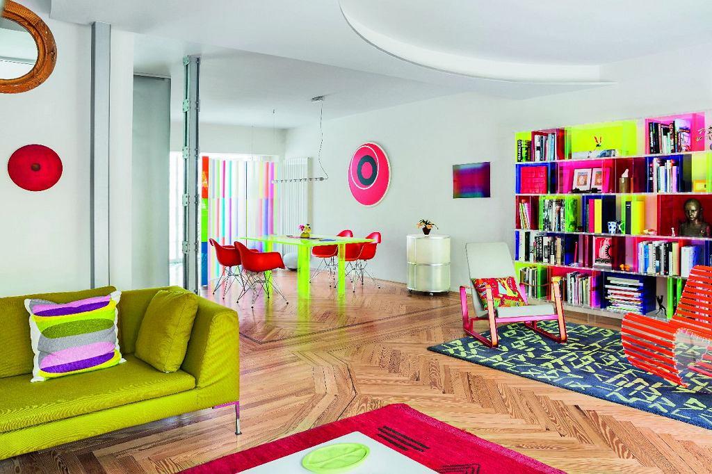 Parter to jedna otwarta przestrzeń. Poszczególne strefy wytycza wzór klepek na parkiecie i rzeźba uskoków sufitu.