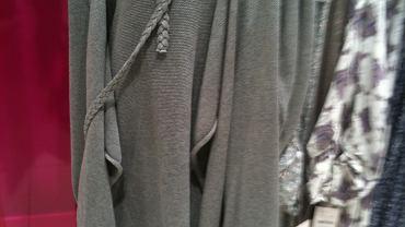 Camaieu. Wśród sporego wyboru dłuższych swetrów z paseczkami - materiałowymi lub ze sztucznej skóry, naszą uwagę zwrócił bawełniany kardigan sięgający przed kolano, wiązany paskiem plecionym. Był przyjemny w dotyku i wygodny. Dostępny w kolorach szarym lub khaki, kosztował 169,90 zł.