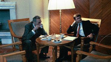 Tadeusz Mazowiecki i Leszek Balcerowicz w 1990 r. w gabinecie premiera