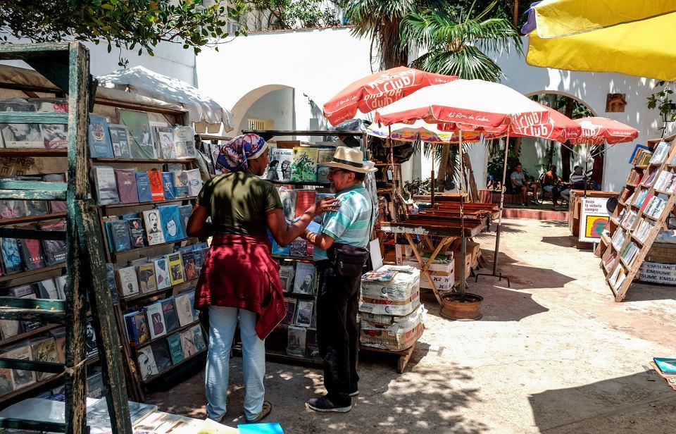 Targ książek na Plaza de Arma w Hawanie.