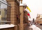 Flagi z kirem na Pałacu Prymasowskim przy Miodowej w Warszawie