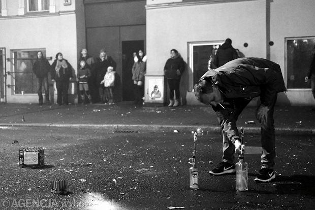 Zdjęcie numer 0 w galerii - Sylwester 2017 na Łazarzu. Sąsiedzka zabawa z paleniem mebli [ZDJĘCIA]