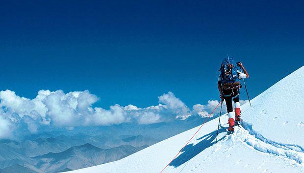 Mój pierwszy raz: zjazd na nartach z 6 tys. metrów, sport, góry, mój pierwszy raz, narty, Jestem znacznie poniżej szczytu, ale wszystkie pasma górskie wokoło wydają się daleko pode mną.