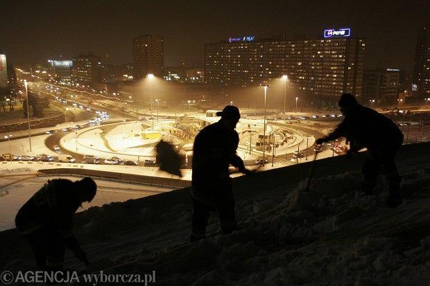 9 stycznia 2006, Katowice. Od pięciu dni strażacy odśnieżają dach Spodka.