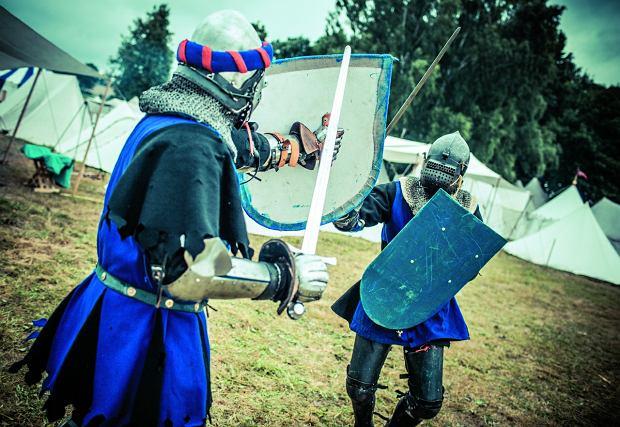 Mój pierwszy pojedynek rycerski. Samo podnoszenie tarczy i miecza okazuje się być nie lada wysiłkiem.