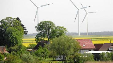 Wg. nowych przepisów wiatraki będą mogły stanąć ok. 2 km od zabudowń