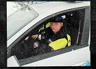 """Policjant """"po�yczy�"""" mundur prostytutce. Patroluje ulice"""