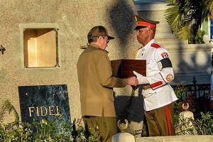 ''Fidel''. Tylko jedno słowo na wielkim grobowcu. Castro pochowany