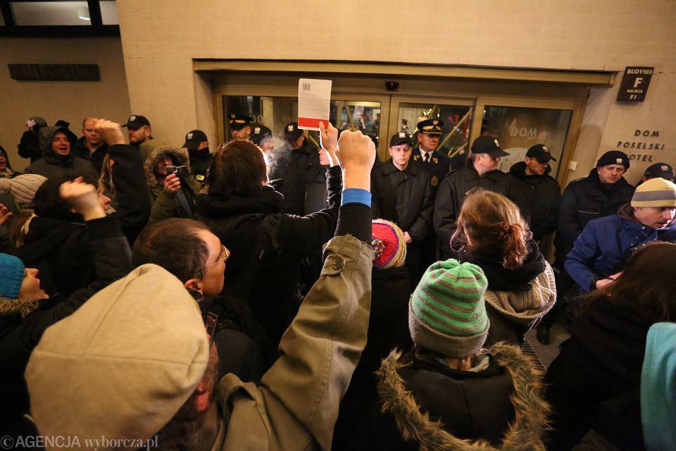 Demonstranci w piątek przed jednym z wejść do Sejmu