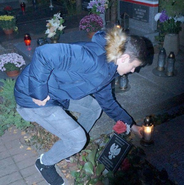Dawid Kownacki zapala znicz na grobie powstańcy wielkopolskiego