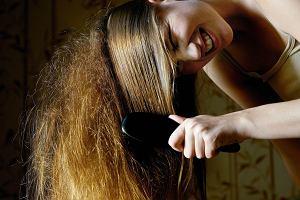 Też tak męczysz się z włosami? Wiemy, co zrobić, aby wyglądały jak po wyjściu od fryzjera [5 ŁATWYCH TRIKÓW]