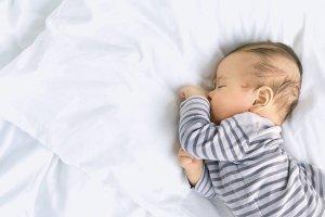 Sensowny sen niemowlaka; mini poradnik dla niewyspanych rodzic�w