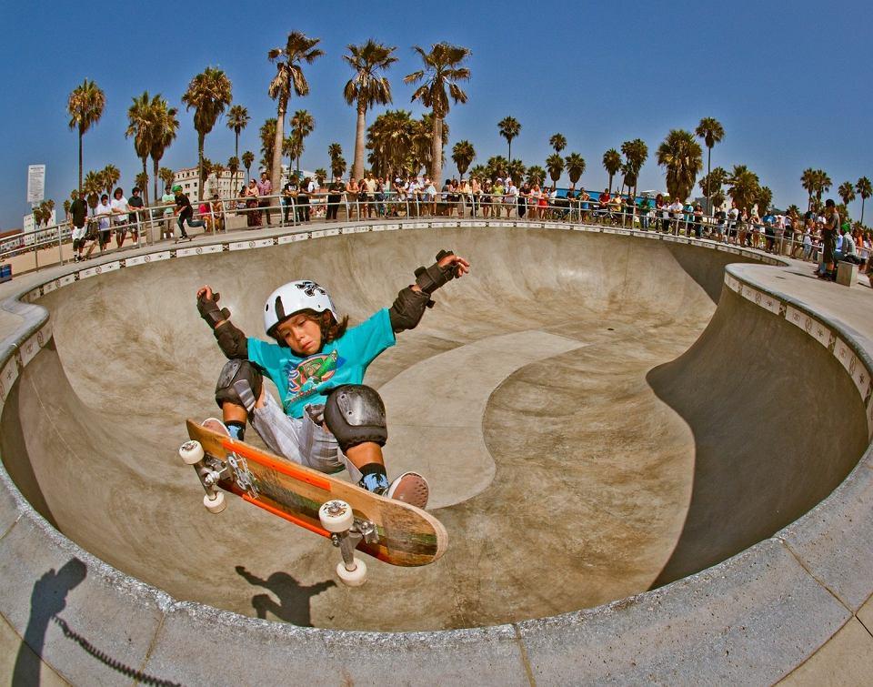 - Zarówno skateboarding, jak i surfing są ważną częścią kalifornijskiego stylu życia - powiedział Chris Fernandez, 29-letni zapalony deskorolkarz z miasta Temecula. - Ale skateboarding może sięgnąć dalej. Na deskorolce można jeździć wszędzie i dzięki niej wszędzie poczuć ten kalifornijski styl