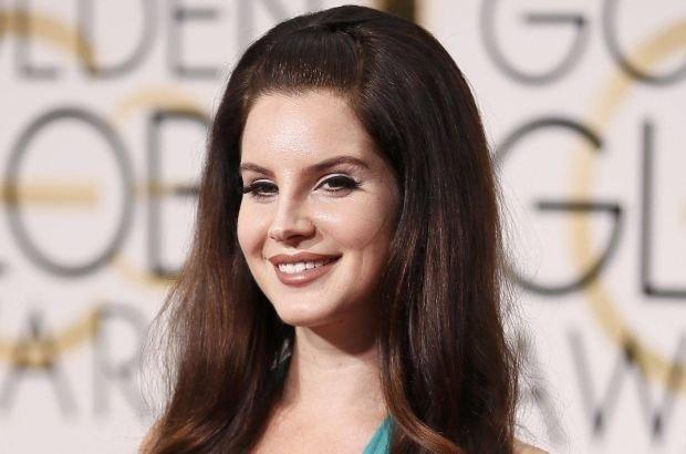 Gdy Lana Del Rey jest szczuplejsza, uchodzi za seksbombę, ale gdy przybywa jej kilka kilogramów, zmianie ulega nie tylko jej pewność siebie, ale i wizerunek. Zobaczcie, jak wygląda teraz, gdy odpoczywa na włoskich wakacjach.