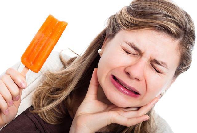 Nadwrażliwość zębów może dokuczyć szczególnie latem, gdy częściej sięgamy po zimne napoje i lody.