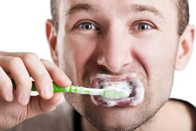 Z przeprowadzonych przez fundację badań wynika, że w grupie osób myjących zęby rzadziej niż raz dziennie aż 70proc. stanowią mężczyźni