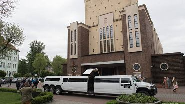 Do niecodziennej sytuacji doszło w niedzielę w Gliwicach. Jedno z dzieci biorących udział w mszy świętej z okazji pierwszej komunii pod kościół zostało przywiezione luksusową limuzyną.