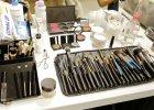 Jak wykorzystać kosmetyki do ostatniej kropli? Sprytne sposoby na wydobycie resztek z niepraktycznych opakowań