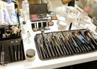 Jak wykorzysta� kosmetyki do ostatniej kropli? Sprytne sposoby na wydobycie resztek z niepraktycznych opakowa�