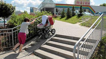 Nie tylko niepełnosprawni mają wrażenie, że barier architektonicznych w Olsztynie jest coraz więcej. Na zdjęciu podjazd koło marketu Malwa.