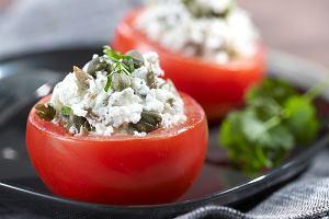 Pomidory nadziewane kozim serem, kaparami i orzechami piniowymi