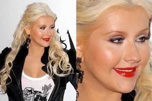 Christina Aguilera nie wygląda dobrze. Ostatnie miesiące to pasmo jej stylistycznych wpadek. Amerykańska gwiazda, mimo że zwracano jej uwagę na błędy jakie popełnia, nadal robi po swojemu. Efekt? Wygląda koszmarnie. Przepalone i zniszczone od farbowania włosy. Czerwona szminka, mocny makijaż i tona pudru. Aż prosi się, aby dała odetchnąć skórze! I wciąż kilka kilogramów za dużo. Czy tak wygląda gwiazda największego formatu?