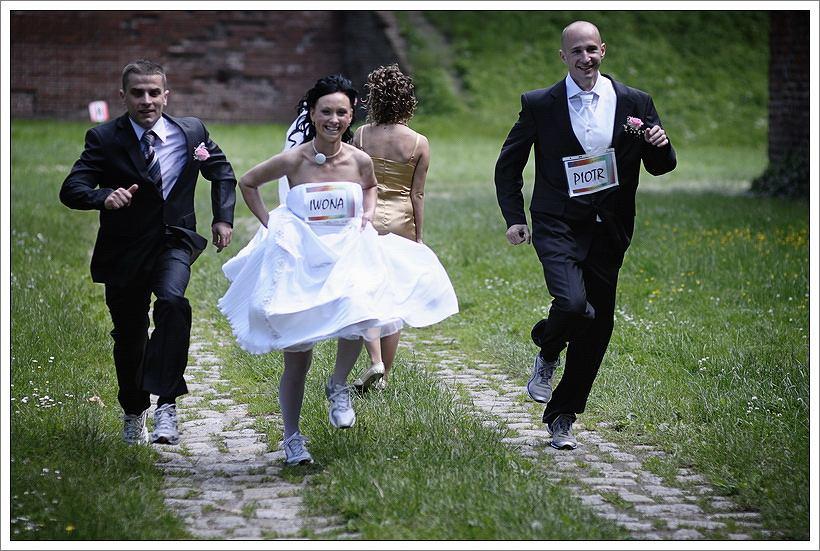 Piotr i Iwona Sucheniowie w dniu ślubu (27 czerwca 2009 r.). Obok nich biegną świadkowie: przyjaciel Tomasz Bińczak, z tyłu siostra Iwony Magdalena Szpajer