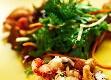 Sałatka ze świeżych grzybów i raków - ugotuj