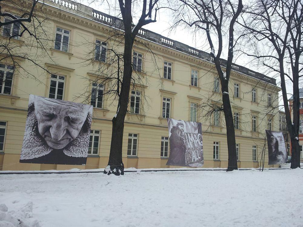 Wystawa na dziedzińcu ASP w Warszawie