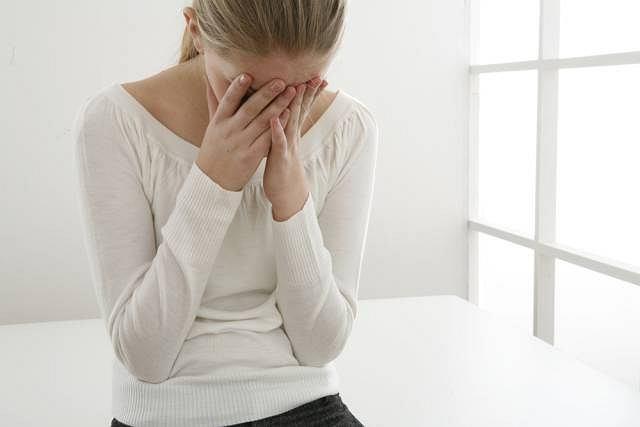 Zawroty głowy, szum w uszach to tylko niektóre objawy agorafobii
