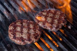 Przepisy na męskie przekąski na mecz! Hamburger i stek z grilla