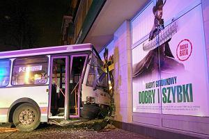 Autobus wjechał w bank - czy ktoś zajechał mu drogę?