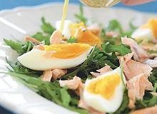Sałatka z rukolą, łososiem i jajkiem - ugotuj