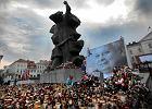 Znicze przed pomnikiem Walki i Męczeństwa oraz zdjęciem prezydenckiej pary