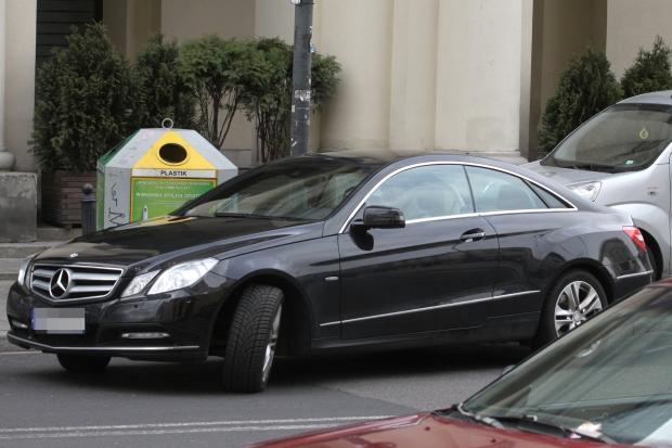 2012.04.03 Warszawa  Kuba Wojewodzki  zaparkowal na zakazie i poszedl kupic jedzenie na wynos  FOT DARBIE / AF EOS