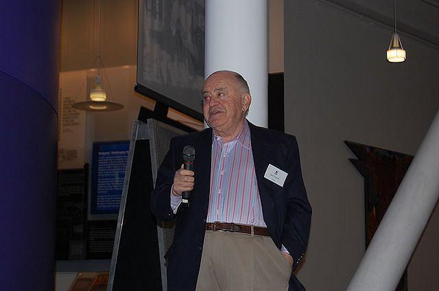 Jack Tramiel w 2007 roku przemawia podczas 25 rocznicy premiery Commodore 64
